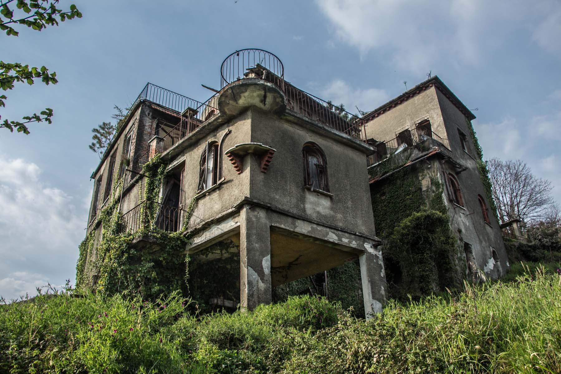ville delle streghe - la casa dalle trenta finestre - ville abbandonate - edifici abbandonati - urbex italia - urbex liguria