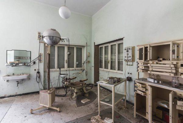 studio dentistico abbandonato - sorriso sardonico - villa del dentista Sardo - Sardegna urbex - villa abbandonata