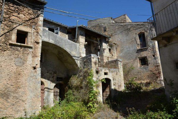 sotterraneo segreto - Urbex-Abruzzo-borghi-fantasma-san-benedetto-in-perillis (8) (Grande)